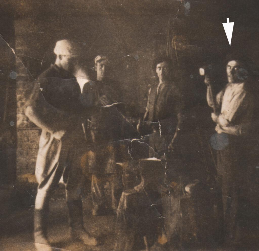 Stanisław Terek podczas pracy w kuźni dworskiej w Kwilinie