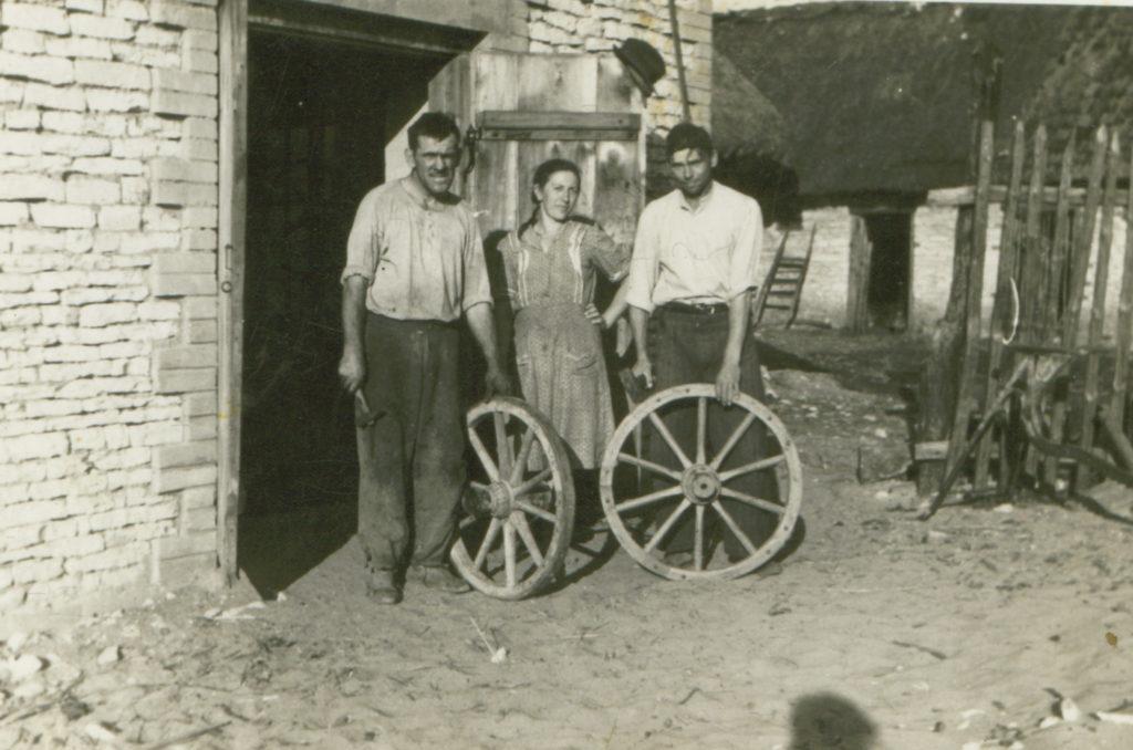 Stanisław Terek z żoną przed własną kuźnią w Kossowie