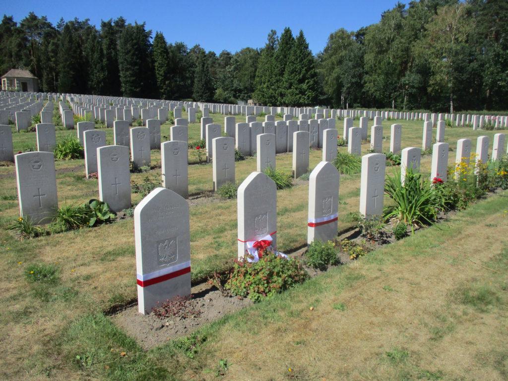 """Cmentarz wojenny w Becklingen. Nagrobki członków załogi bombowca """"Elżunia"""". Fot. G.Dąbrowski"""