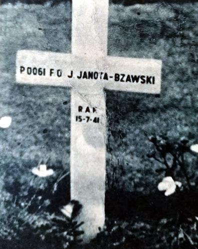 """Zdjęcie nagrobka kapitana Janoty Bzowskiego na cmentarzu w Bremie w 1946 r. opublikowane w """"Skrzydlatej Polsce"""" przez Andrzeja Macko"""